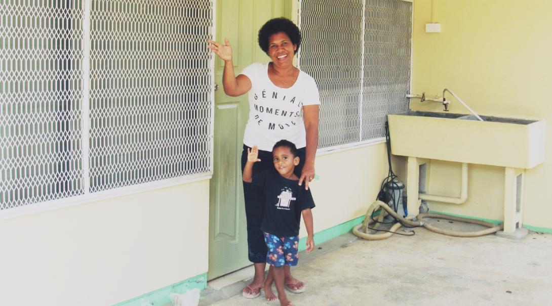 ボランティアを出迎えるフィジーのホストマザーと幼い息子